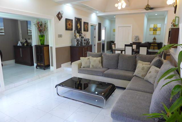 Grosszügiges Wohnzimmer der Traumvilla Pattaya