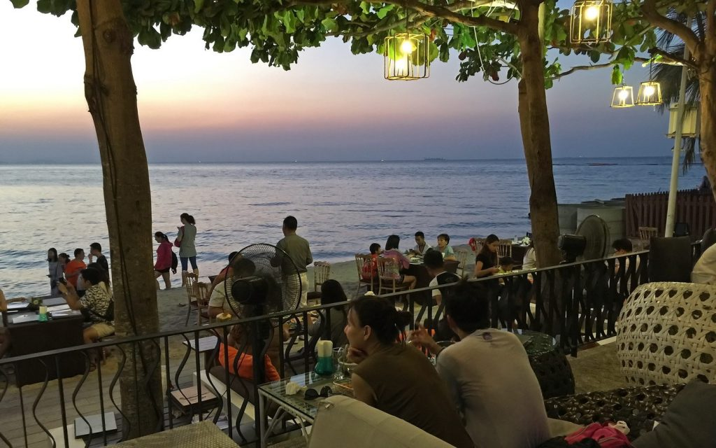Surf & Turf - Romantisches Restaurant am Wonamat -Strand von Naklua
