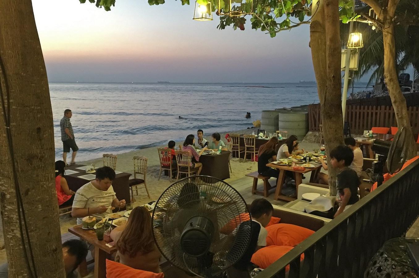 Surf & Turf Romantisches Restaurant Naklua Pattaya am Strand