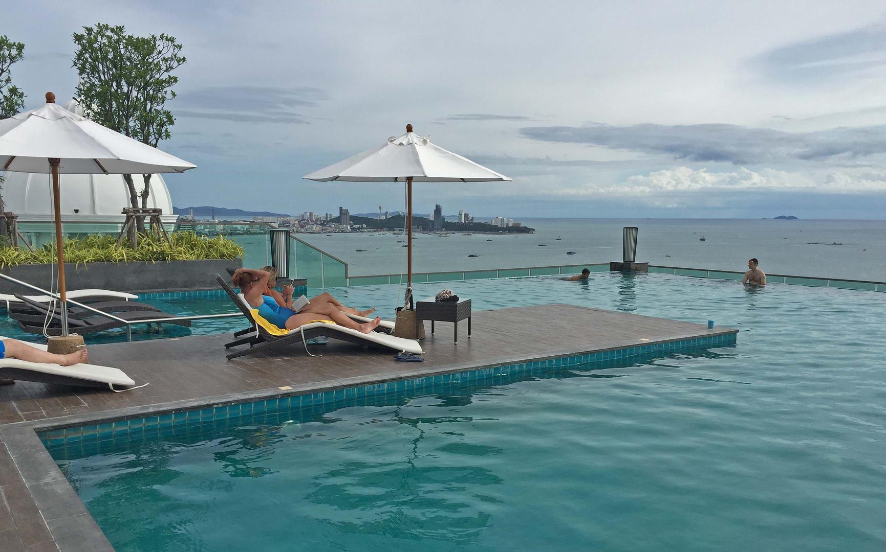 Swimmingpool auf dem Dach des Wongamat Tower - 40. Etage