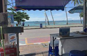 Currywurst in Pattaya mit Meerblick