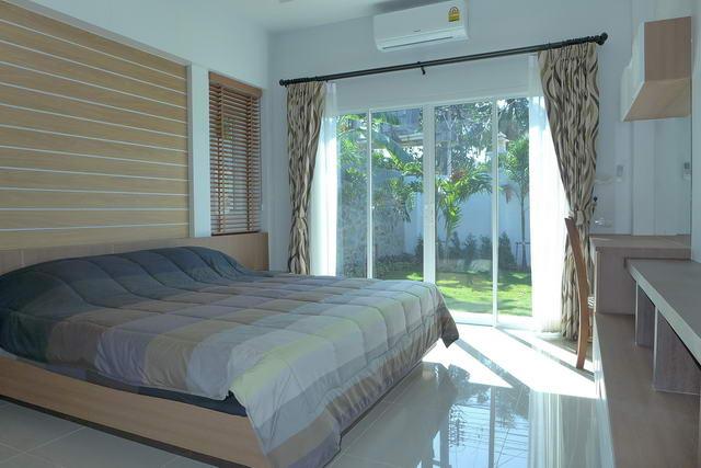 Mopdernes helles Schlafzimmer im Bliss mit Gartenzugang