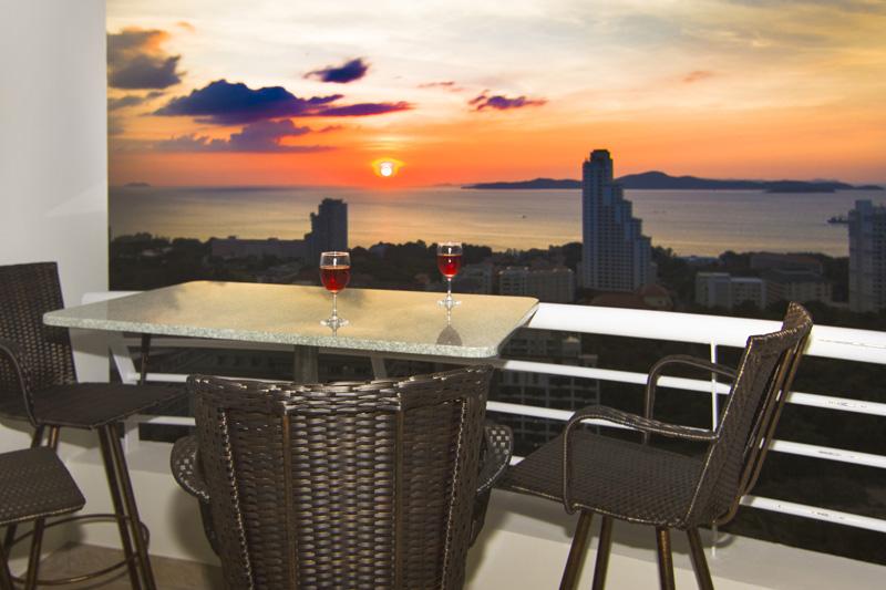 Sonnenuntergang : Ausblick vom Balkon des Pattaya Hill Resorts