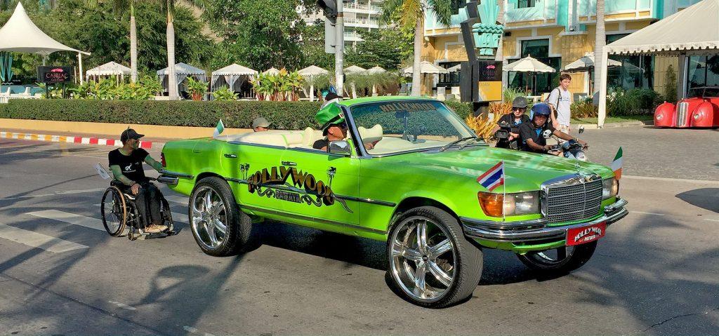 Alter Mercedes auf der Pattaya Beach Road - Hollywood