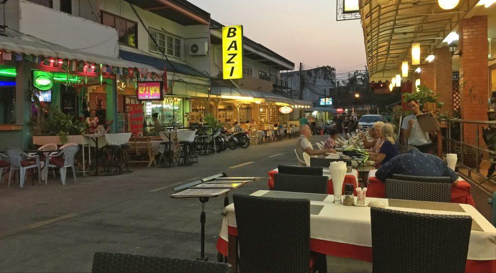Blick aus dem Restaurant in die Soi 33 Naklua