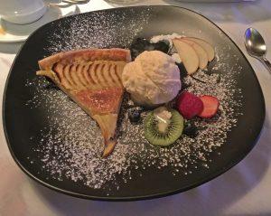 Hausgemachter Apfelkuchen mit Vanilleeis - Schweizer Restaurant Pattaya