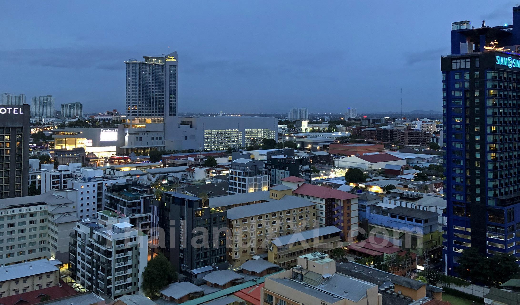 Vom Pippa Restaurant Pattaya - MYTT Hotel - nach Nordosten fotografiert, in der Mitte sieht man das Terminal 21, rechts das Siam@siam