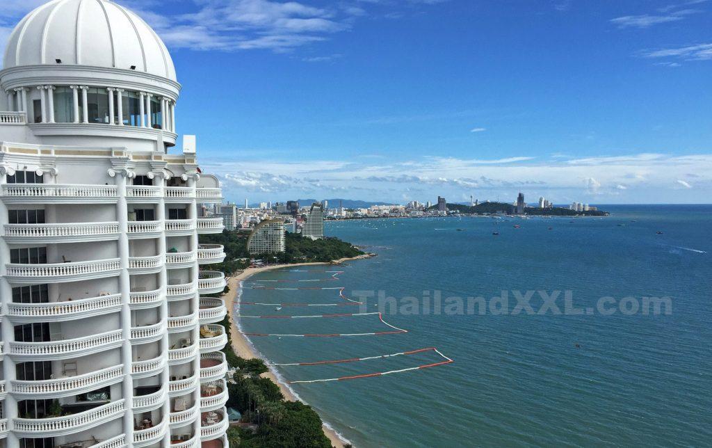 Foto von Naklua mit einem Blick auf die Bucht von Pattaya - im Vordergrund der Wongamat Strand