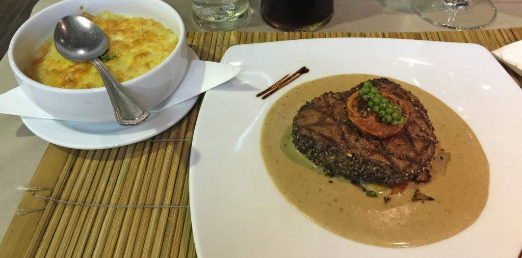 Pfeffersteak mit Kartoffelgratin im Beefeater Restaurant Pattaya