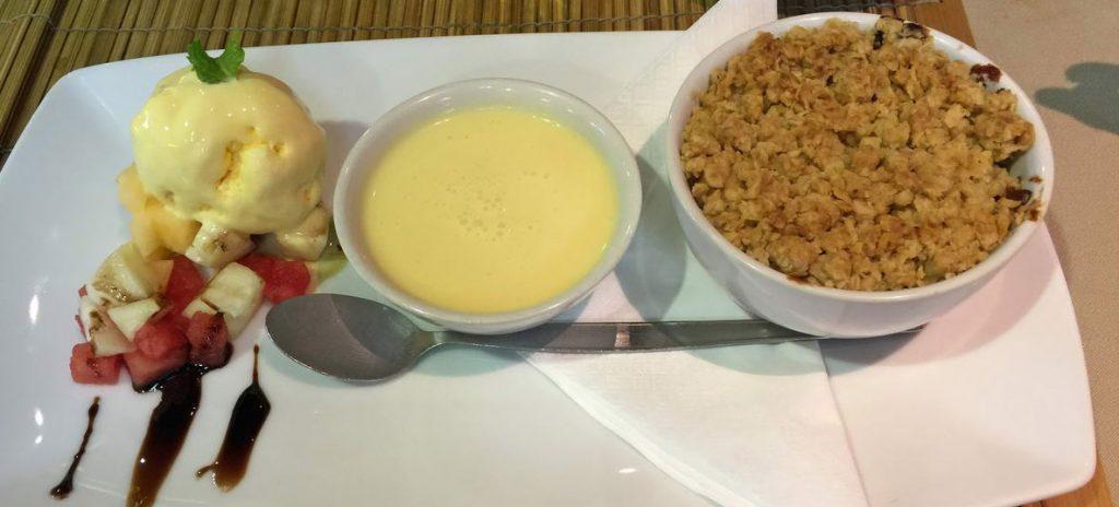 apfelstrudel mit vanilleeis und vanillesauce im beefeater pattaya