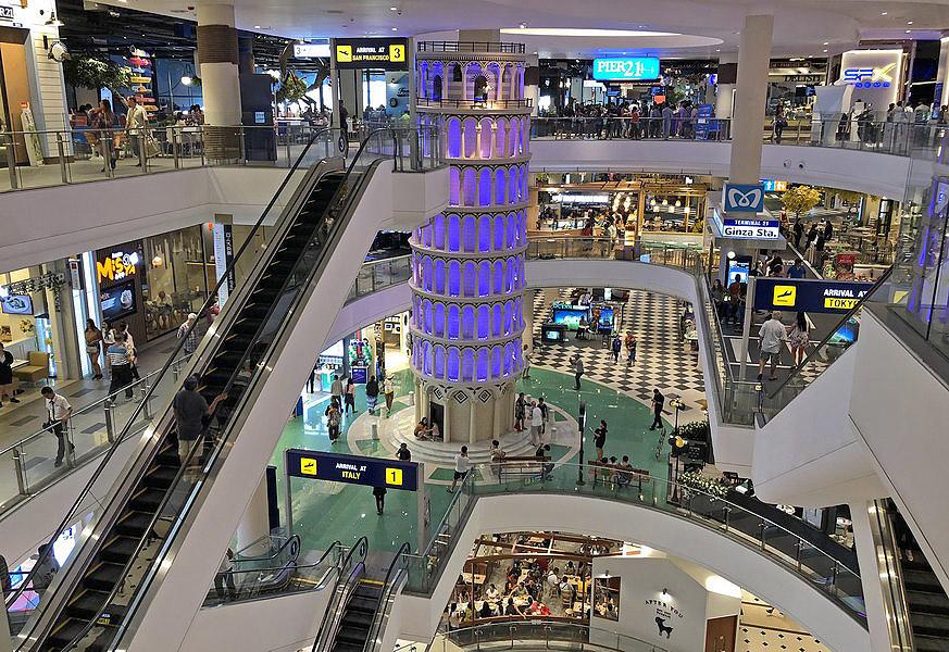 der schiefe turm von pisa in pattayas neuestem shopping center